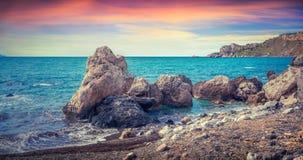 日出五颜六色的春天全景在港口和海角Milaz的 库存照片