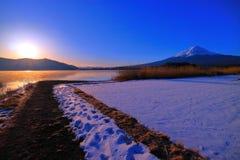 日出从湖边Kawaguchiko日本的雪场面富士山  库存图片