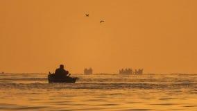 日出光的渔夫 库存图片