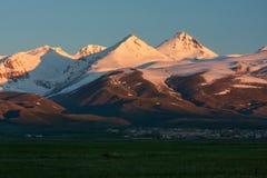 日出光芒在Aragats积雪覆盖的山的  库存照片