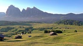 日出全景在Alpe di Siusi,白云岩,意大利的夏天 股票录像