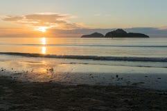 日出剪影在Ao Manao海滩,赞成Prachuap Khiri Khan的 免版税库存图片
