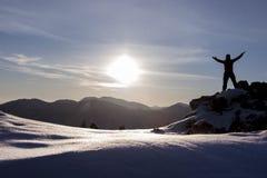 日出和多雪的山 库存图片
