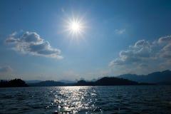 日出和小河在水坝 免版税库存照片