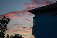 日出和屋顶 库存照片