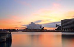 日出和悉尼歌剧院,旅行目的地 免版税库存照片