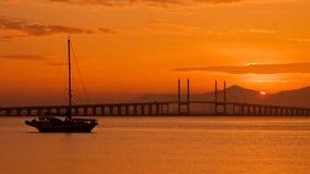 日出和日落在槟榔岛桥梁乔治市,槟榔岛马来西亚 库存照片