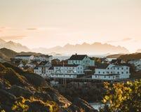日出和日落在Henningsvaer,几个小海岛的渔村位于罗弗敦群岛群岛,挪威 免版税库存图片