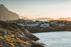 日出和日落在Henningsvaer,几个小海岛的渔村位于罗弗敦群岛群岛,挪威 免版税图库摄影