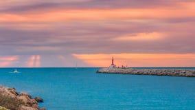 日出和日落在Jucar和地中海在库列拉角,巴伦西亚 免版税库存照片
