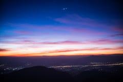 日出和村庄美丽的景色doi angkhang山的, 库存照片