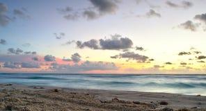日出和柔滑的波浪 免版税图库摄影