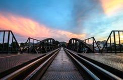 日出和桥梁在河Kwai 免版税库存照片