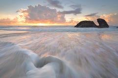 日出和海洋流动在Watonga岩石 免版税库存照片