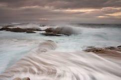 日出和海洋溢出 免版税库存照片