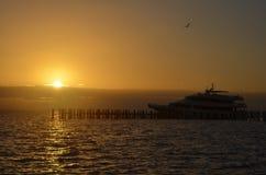 日出和游艇 图库摄影