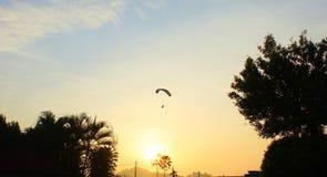 日出和滑翔伞 免版税库存图片
