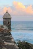 日出和稍兵在海洋 免版税库存照片