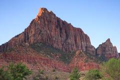 日出和红色岩石 免版税库存图片