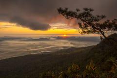 日出和薄雾在山 免版税库存照片