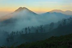 日出和薄雾在迁徙在伊真火山火山期间 免版税库存照片