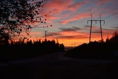 日出和输电线 库存图片
