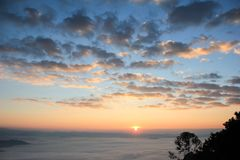 日出和雾 免版税库存照片