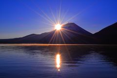 日出和Mt 从本栖湖日本的富士 库存图片