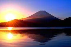 日出和Mt 从本栖湖,日本的富士 库存图片