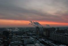 日出在一个工业城市 库存图片