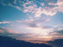 日出在一个有雾的早晨在俄亥俄 免版税库存图片