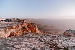 日出在以色列干燥Neqev沙漠 在mountaines、岩石和天空的惊人的看法 国家公园makhtesh拉蒙 免版税库存照片