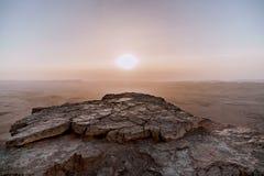日出在以色列干燥Neqev沙漠 在mountaines、岩石和天空的惊人的看法 国家公园makhtesh拉蒙 库存照片