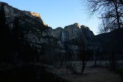 日出在优胜美地瀑布 免版税图库摄影