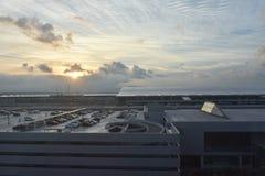日出在停放大厦以后 免版税图库摄影