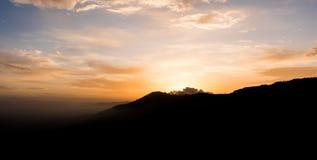 日出在喜马拉雅山 免版税库存图片