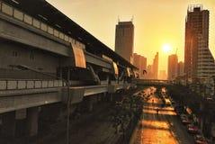 日出在城市 免版税库存照片
