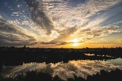 日出在多云天气的米斯克市 免版税库存图片