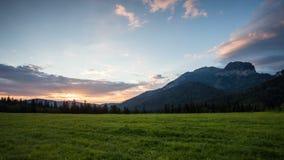 日出在山, Tatranska Javorina,斯洛伐克, Tatras的时间间隔风景 股票录像