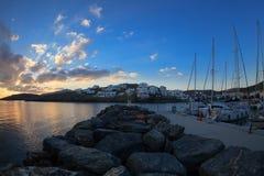 日出在希腊海岛基斯诺斯岛港口 库存照片