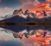 日出在托里斯del潘恩国家公园、湖Pehoe和Cuernos山,巴塔哥尼亚,智利 库存图片