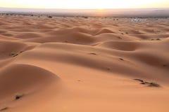 日出在撒哈拉大沙漠摩洛哥,北非 免版税库存照片