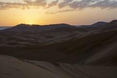 日出在撒哈拉大沙漠,摩洛哥 摩洛哥 闹事 免版税库存照片