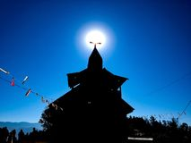 日出在教会十字架顶部 库存照片