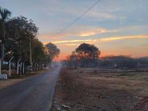 日出在日出期间的天空-印地安树和天空 库存照片
