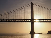 日出在旧金山湾和通过有b的海湾桥梁 免版税库存照片