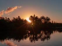 日出在有棕榈树的檀香山夏威夷 库存图片