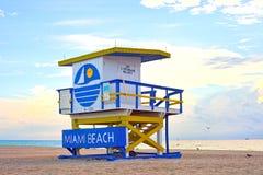 日出在有hous一位五颜六色的救生员的迈阿密海滩佛罗里达, 免版税库存图片