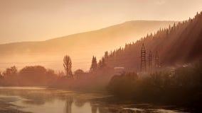 日出在河的有雾的早晨 库存照片