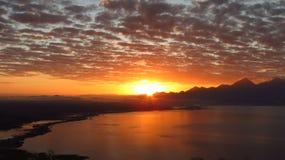 日出在湖 库存照片
